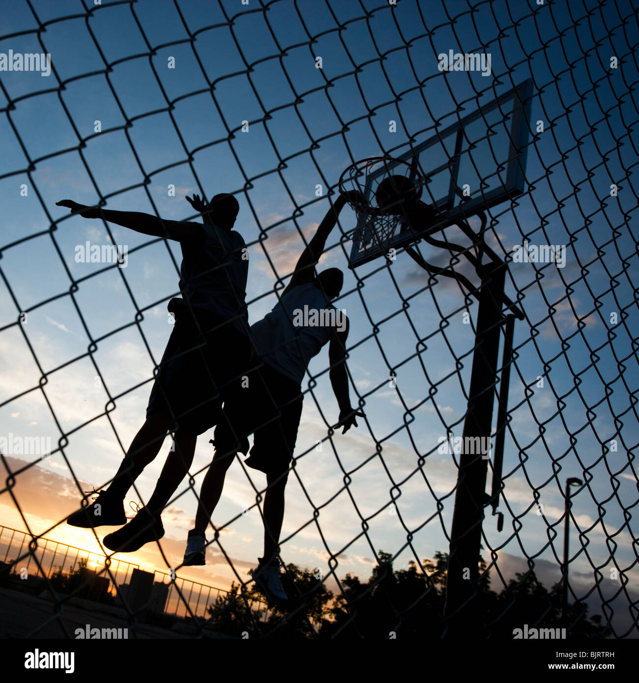 USA, Utah, Salt Lake City, zwei junge Männer spielen street-Basketball, niedrigen Winkel Ansicht Stockbild