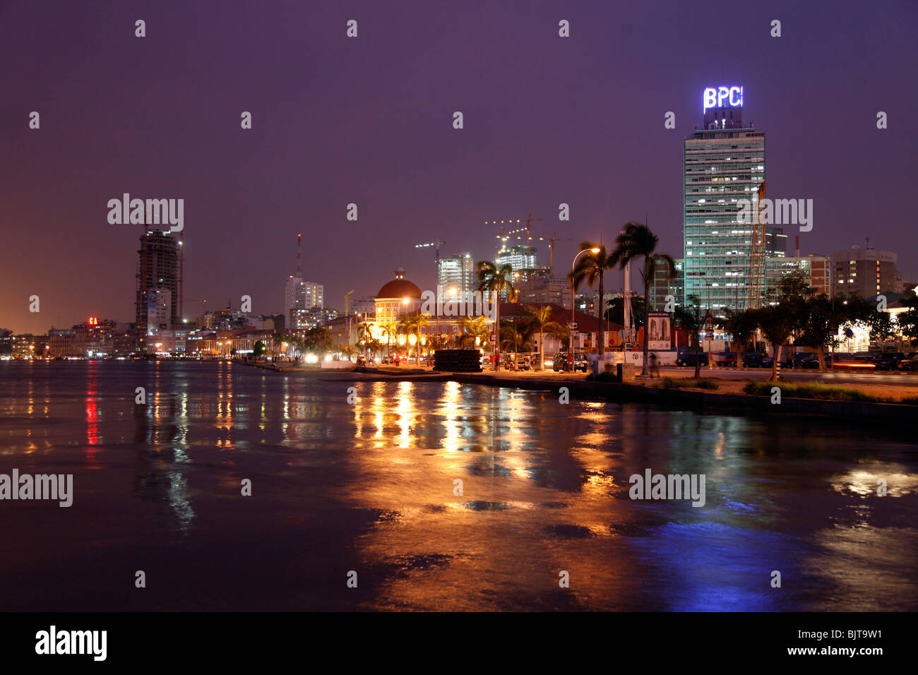 Angolas Hauptstadt Luanda die Skyline bei Nacht. Provinz Luanda, Angola. Afrika. Stockbild