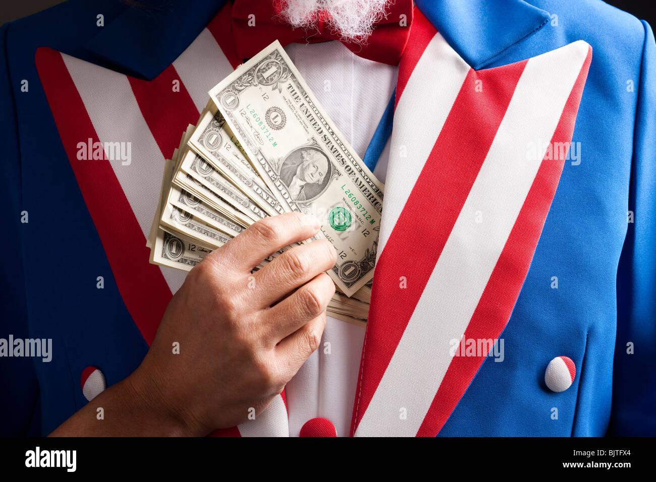 Hand versteckt Banknoten unter Weste, Studio gedreht Stockbild