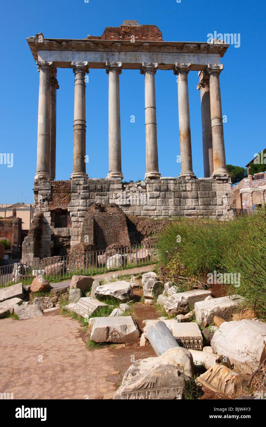 Der Tempel des Saturn, das Forum in Rom Stockbild