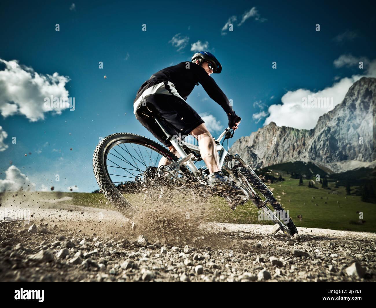Männliche Mountainbiker bergab Stockbild