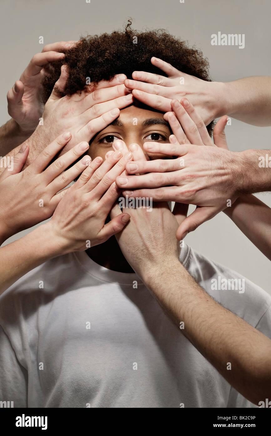 Schwarzen männlichen Händen verborgen Stockbild