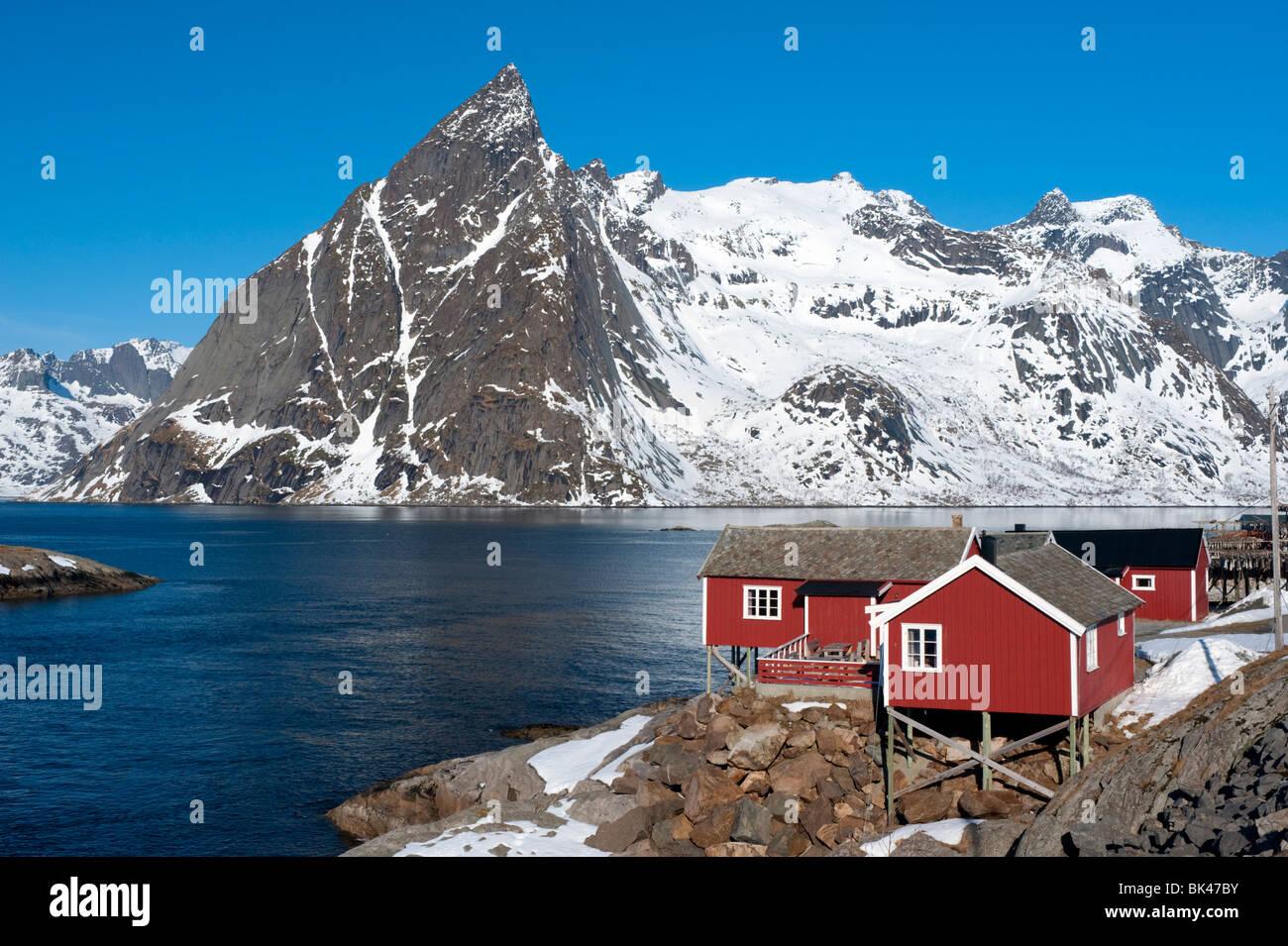 Traditionellen roten Holz Rorbu Fischerhütten im Dorf von Hamnoy auf Moskenesoya Insel auf Lofoten in Norwegen Stockbild