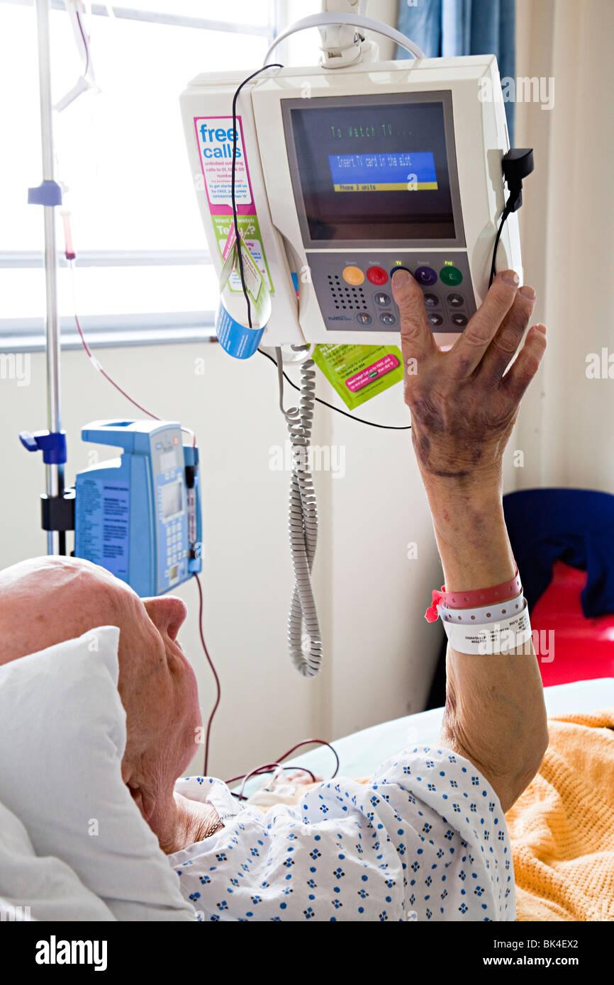 Patienten im Krankenhausbett TV Einstellungen Wales UK Stockbild