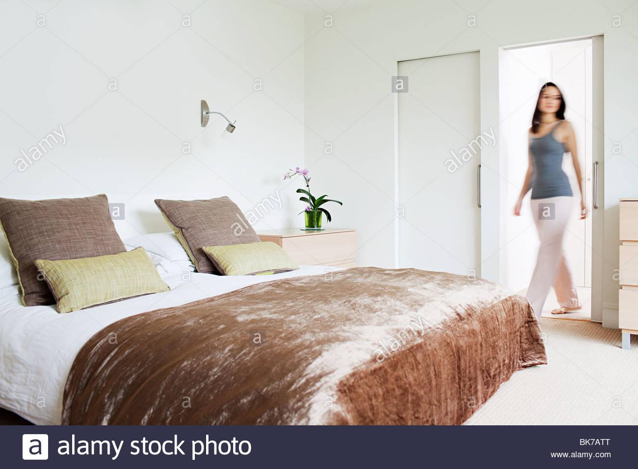 Frau zu Fuß durch Schlafzimmer Stockfoto, Bild: 29051032 - Alamy
