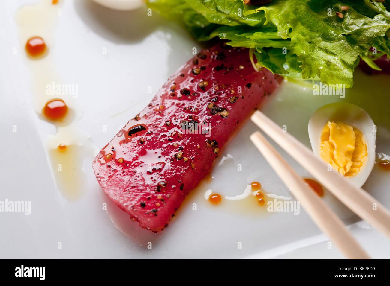 Roher Fisch Thunfisch mit Salat Stockbild