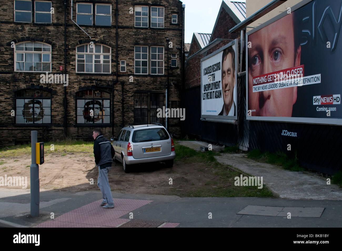 Che Guevara geätzt in einem Fenster von Bradford, befasst sich mit Postern von Gordon Brown und David Cameron, Stockbild