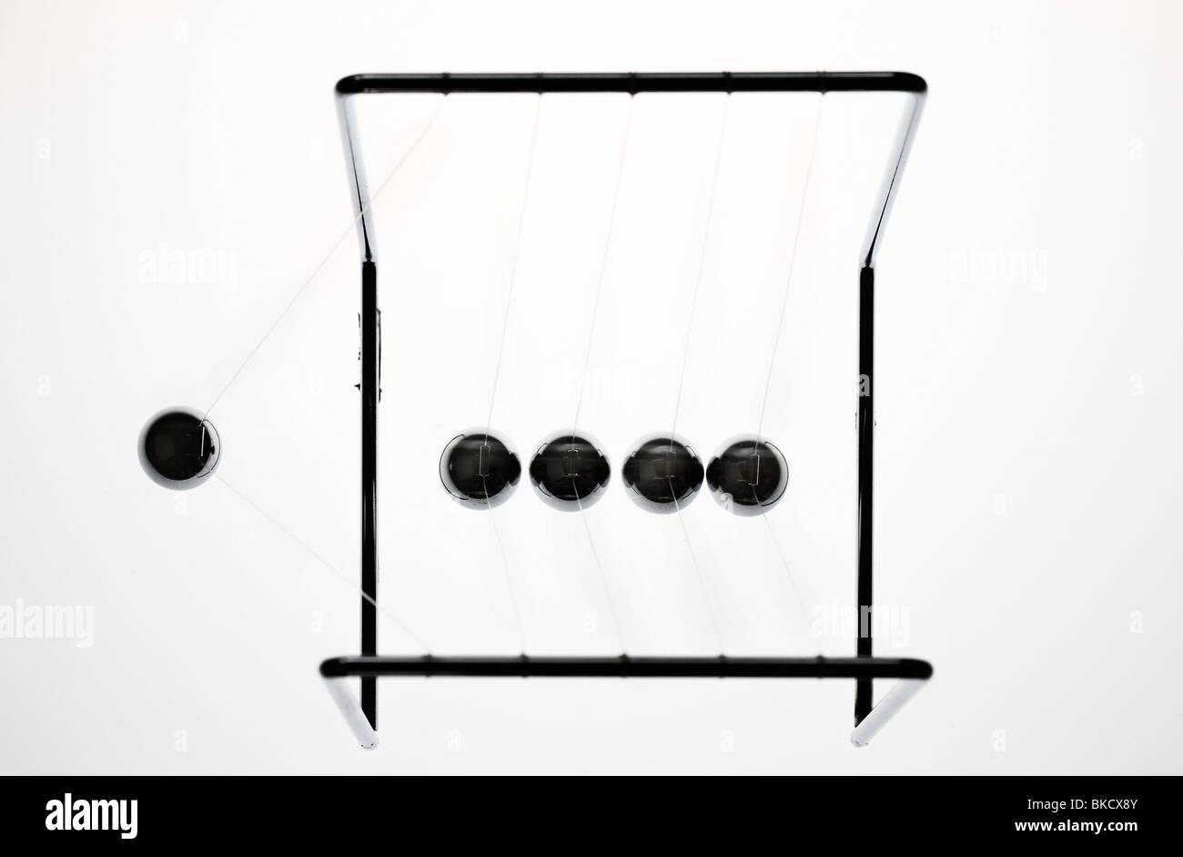 Pendel, Chrom Kugeln, Spielzeug, gibt Impulse. Newton-Pendel. Stockbild