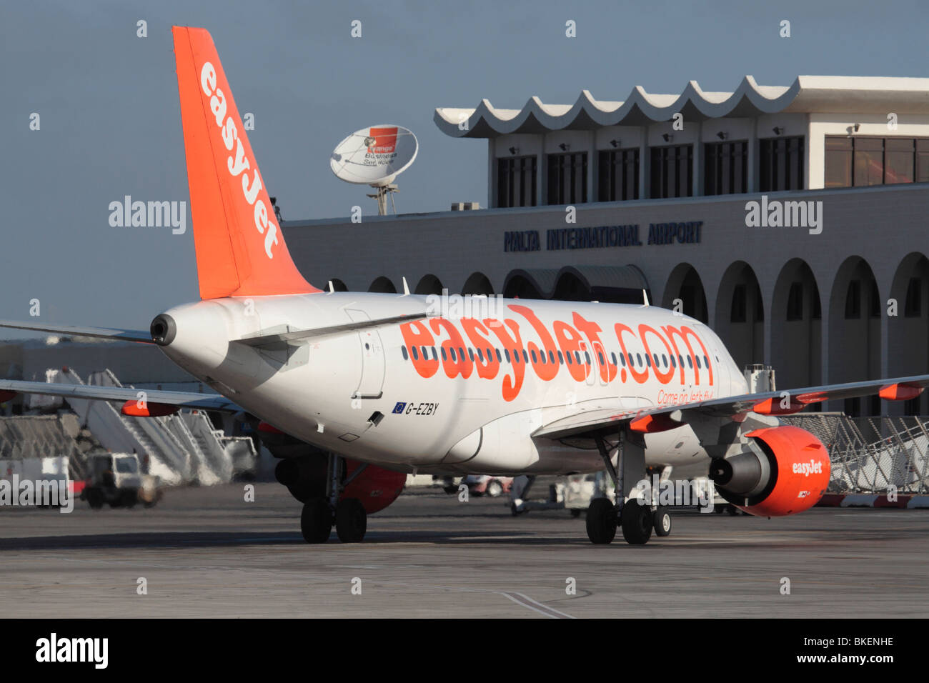Billig Urlaub. easyJet Airbus A 319 arliner in Malta Stockbild