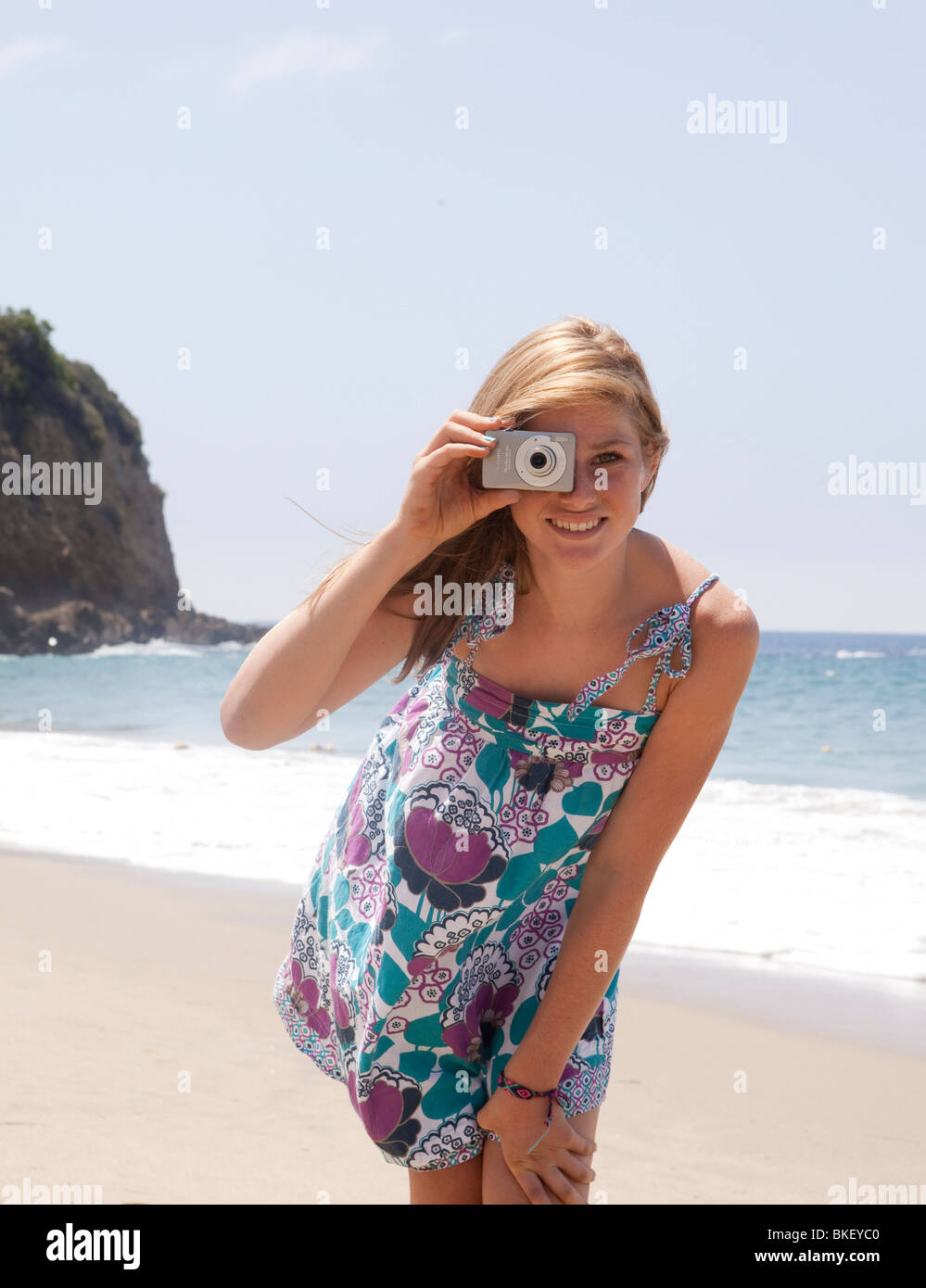 Teenager-Mädchen unter Bild am Strand Stockbild
