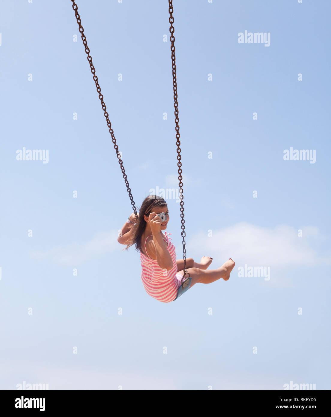 Mädchen unter Bild von swing Stockbild