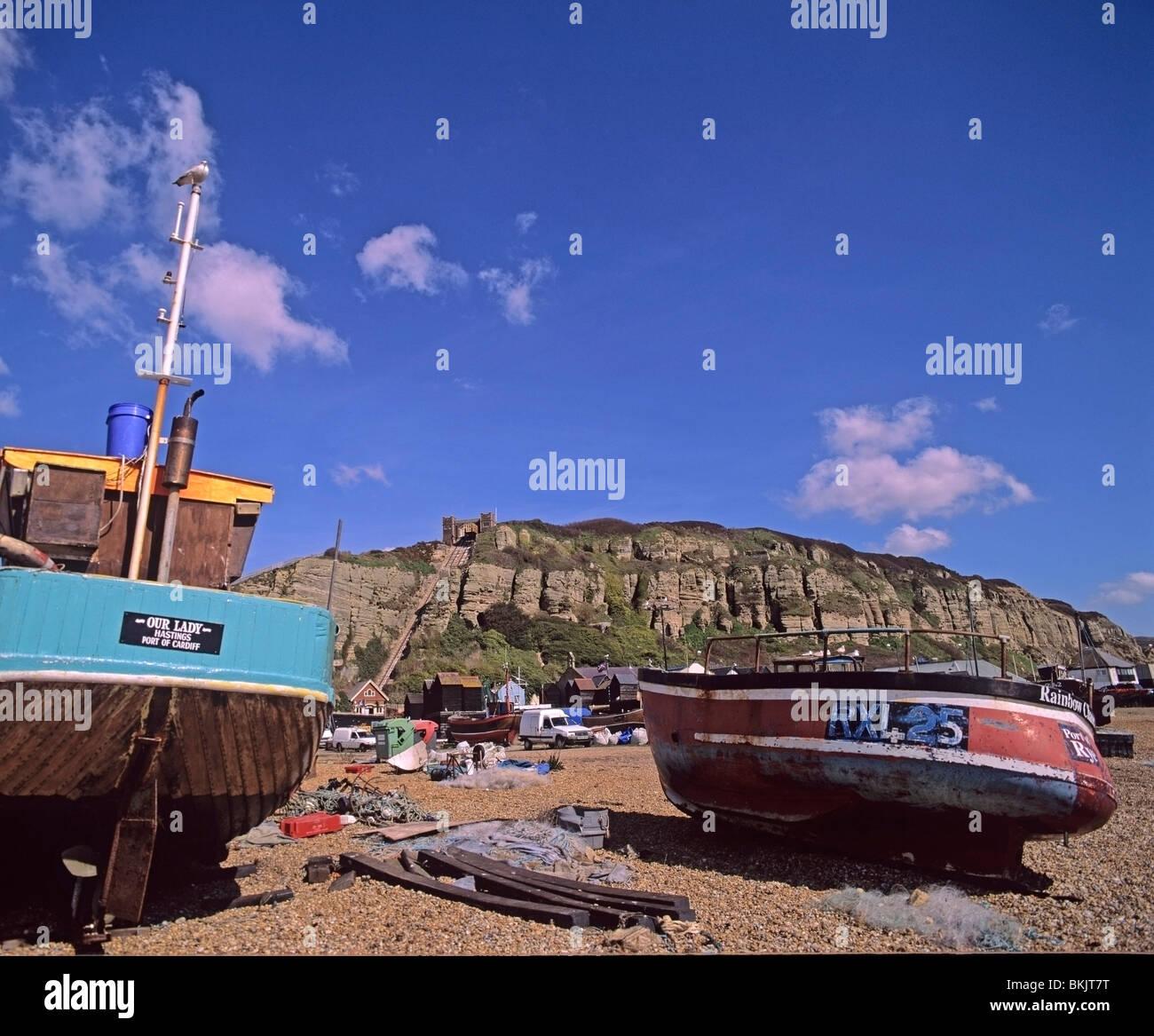 Angelboote/Fischerboote hoch auf dem Kies-Strand von Hastings East Sussex Stockbild