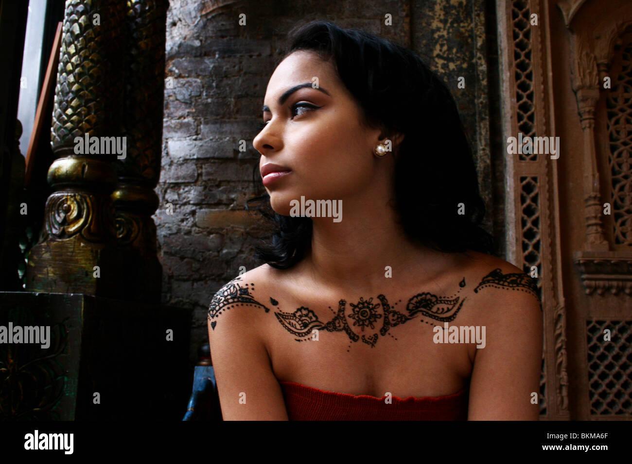 Porträt von Frau gemalt mit modernem Henna Design auf ihren Schultern. Stockfoto