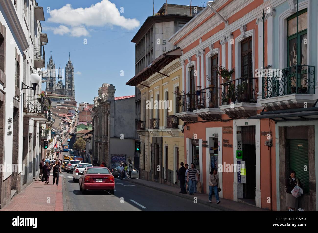 Ecuador, A Straßenszene im Zentrum von Quito, katholische Kathedrale Hintergrund. Stockbild