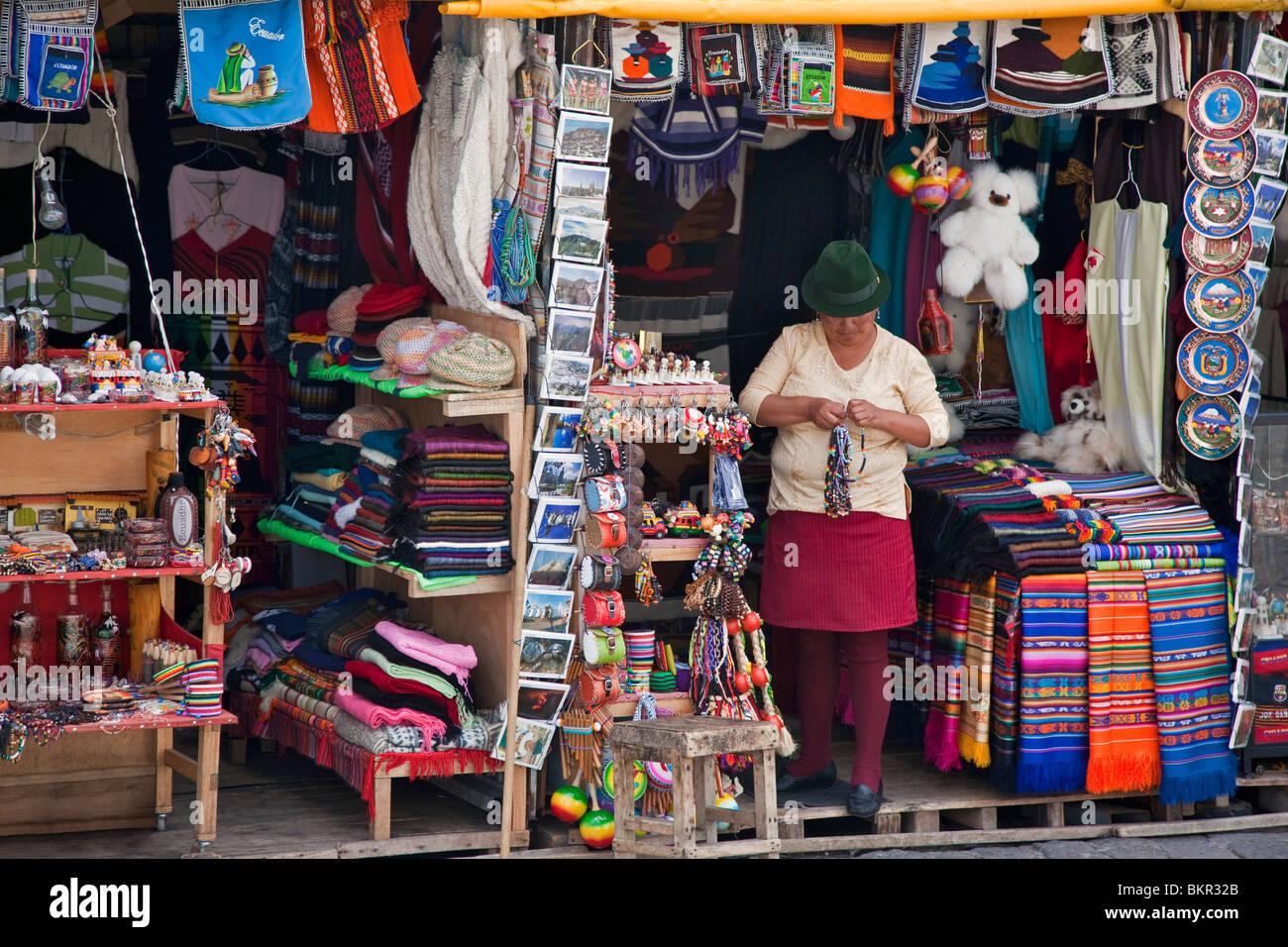 Ecuador, einem Straßenrand stall verkaufendes lokales Kunsthandwerk in Quito. Stockbild