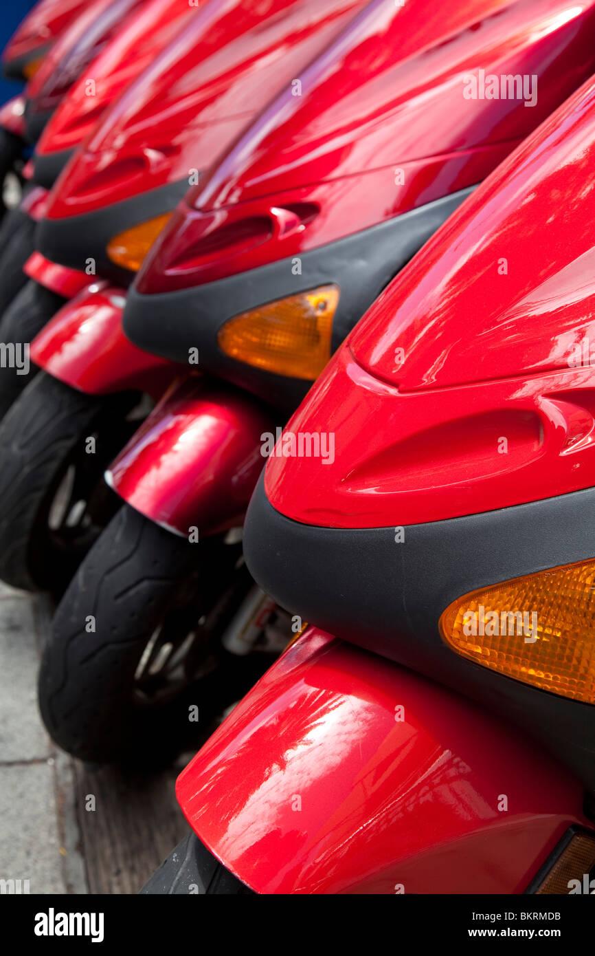 Eine Reihe von roten Roller. Stockbild