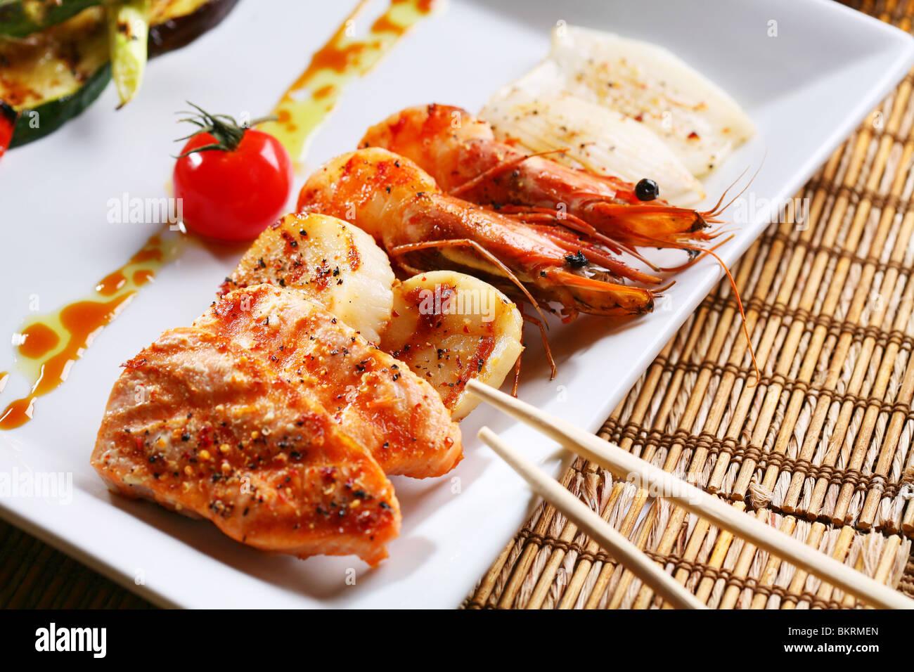 Meeresfrüchte auf einem weißen Teller Stockbild