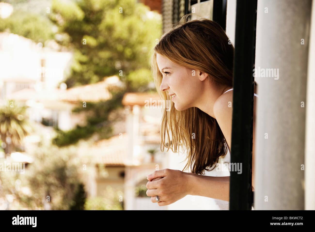 Mädchen im Fenster Stockbild