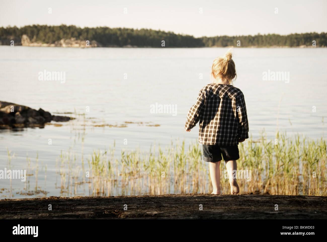 Kleines Mädchen am See Stockbild