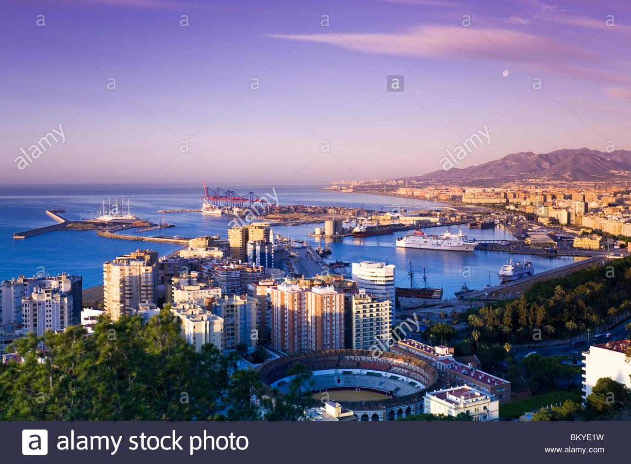 Blick vom Gibralfaro in Richtung Málaga und den Hafen, Provinz Málaga, Andalusien, Spanien Stockbild