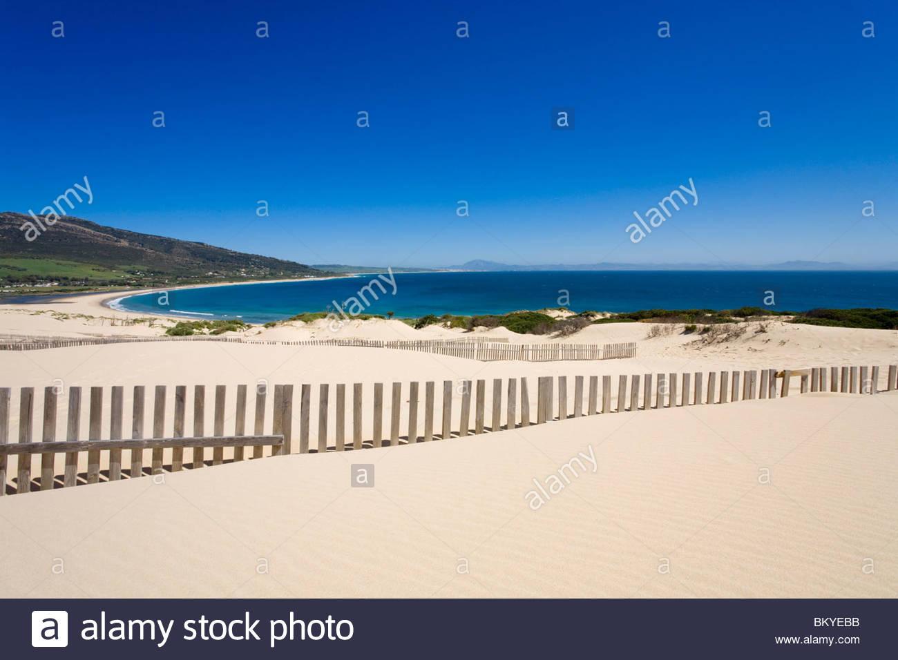 Die großen Dünen in der Nähe von Tarifa, Afrika am Horizont, Andalusien, Provinz Cadiz, Spanien Stockbild