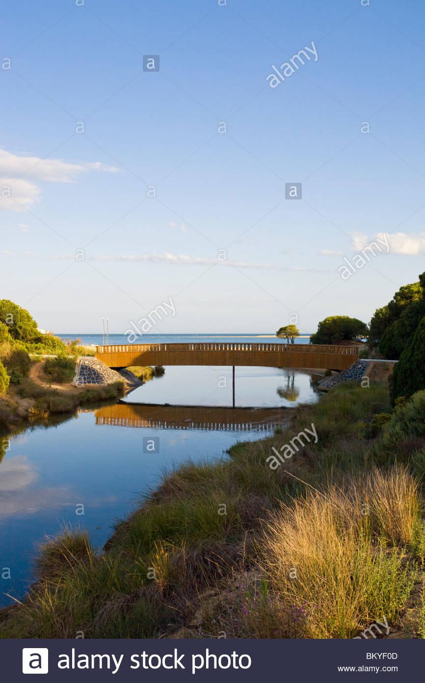 Mündung eines Flusses an der Laguna del Portil, Provinz Huelva, Andalusien, Spanien Stockbild
