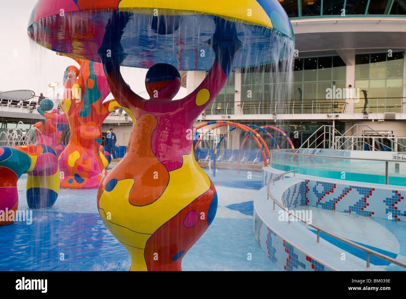 Bunte Wasserfontänen in H2O Zone-Pool-Bereich auf Deck 11, Freedom Of The Seas Kreuzfahrt Schiff, Royal Caribbean Stockbild
