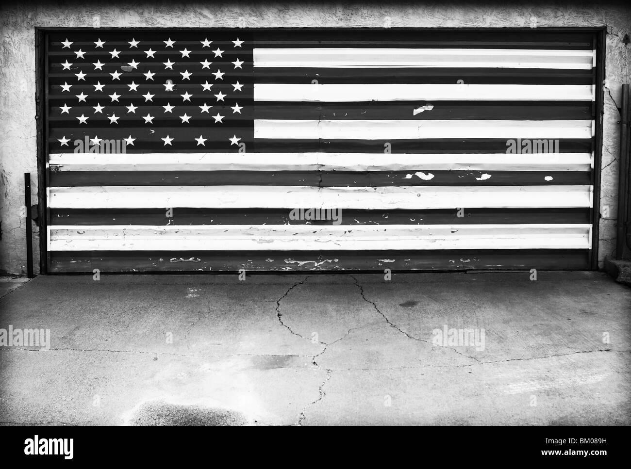 Amerikanische Flagge auf Garagentor Stockbild