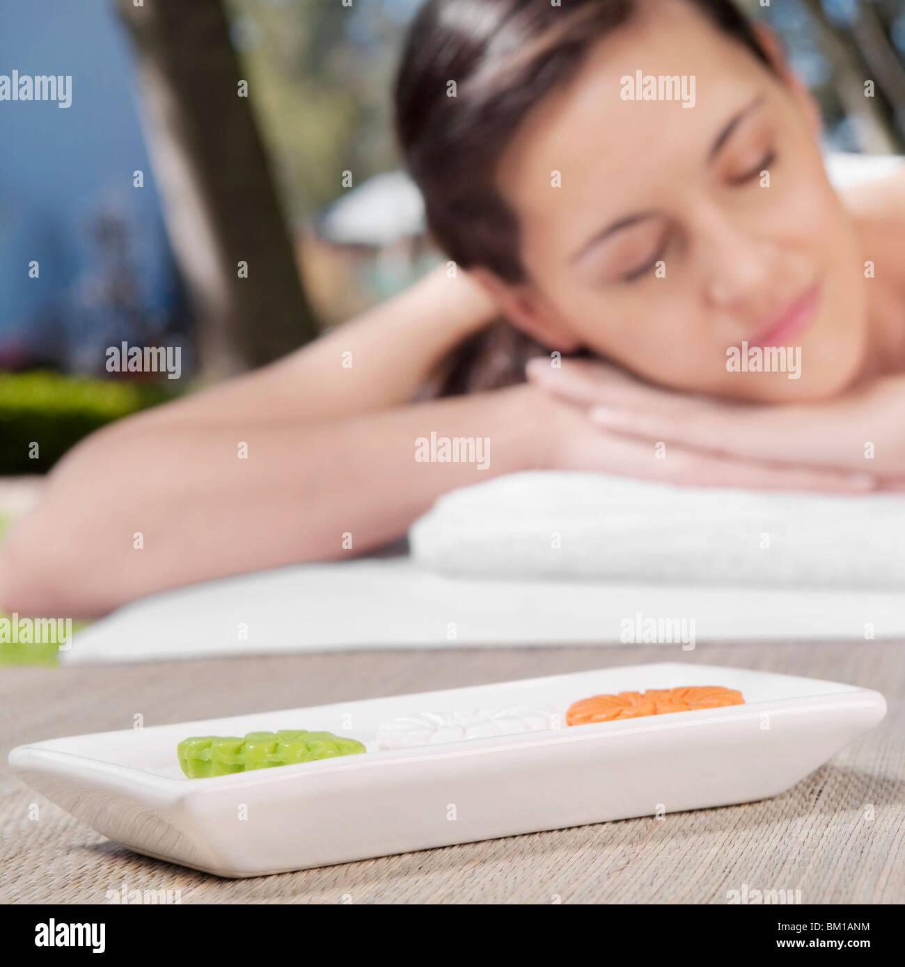 Frau liegend auf einem Massagetisch Stockbild