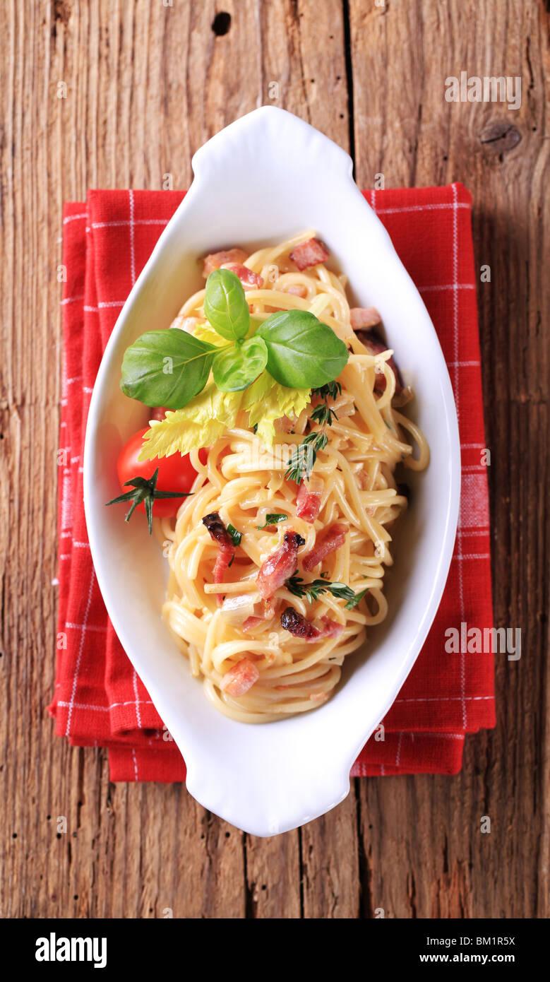Schüssel Spaghetti mit Speck, Zwiebeln und Ei Stockbild