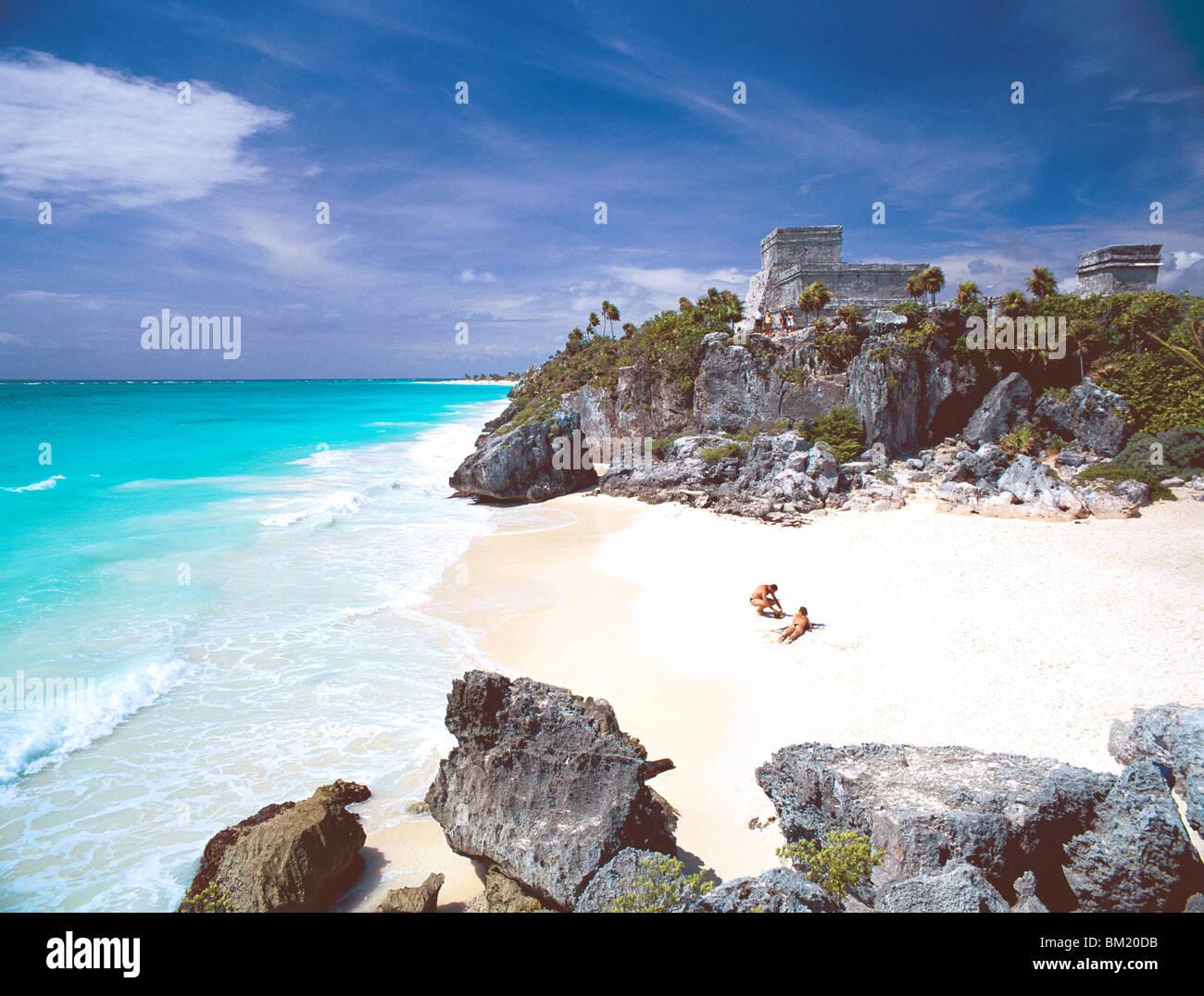 Maya-Ruinen mit Blick auf das Karibische Meer und den Strand von Tulum, Quintana Roo Zustand, Halbinsel Yucatan, Stockbild