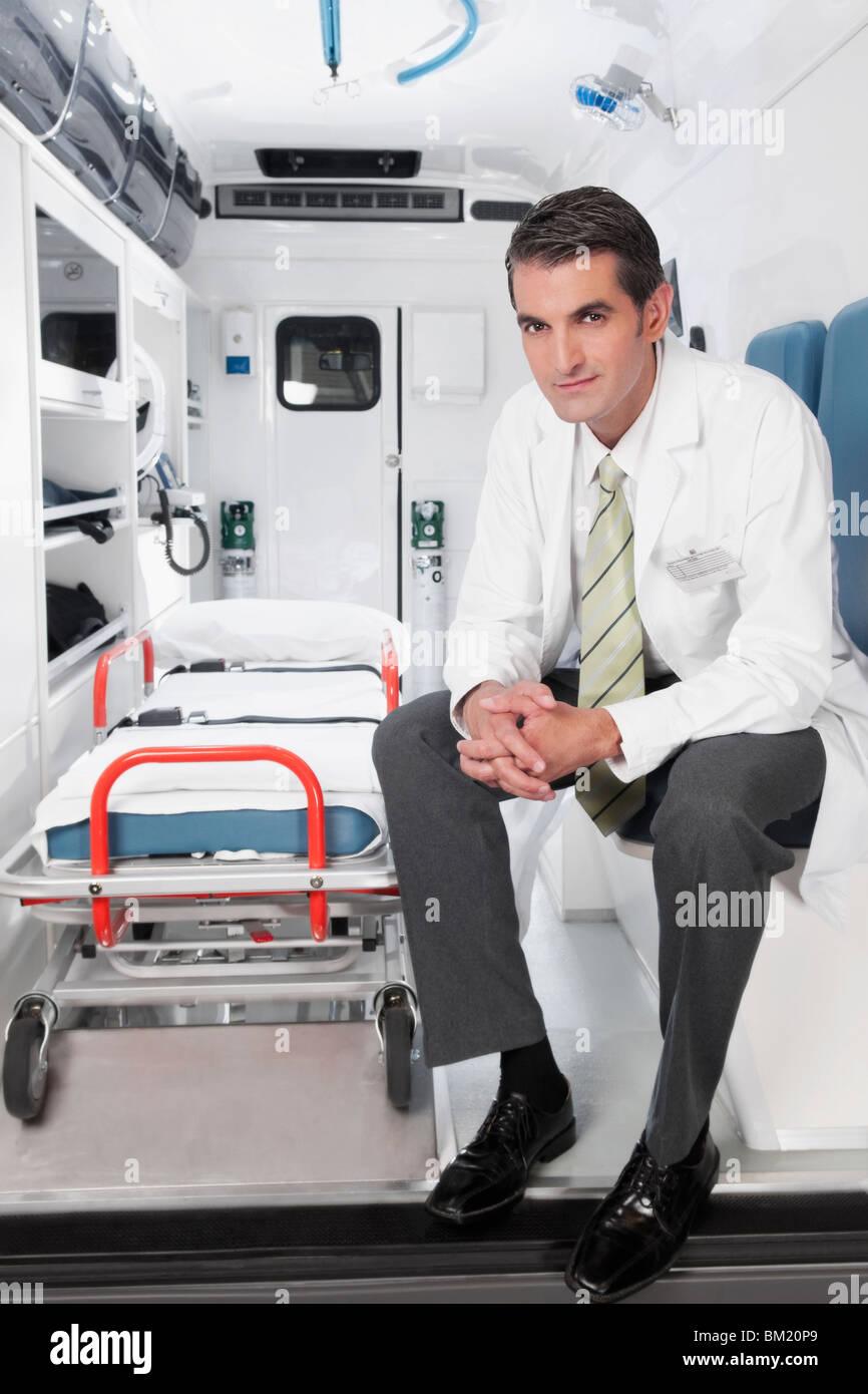Arzt in einem Krankenwagen sitzen Stockbild