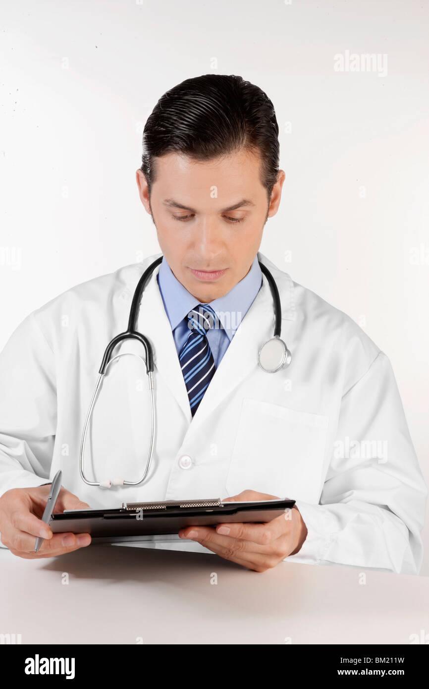 Arzt einen Bericht lesen Stockbild