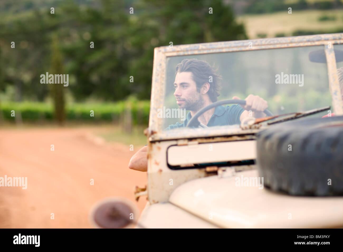 Mann in einem Off-Road-Fahrzeug Stockbild
