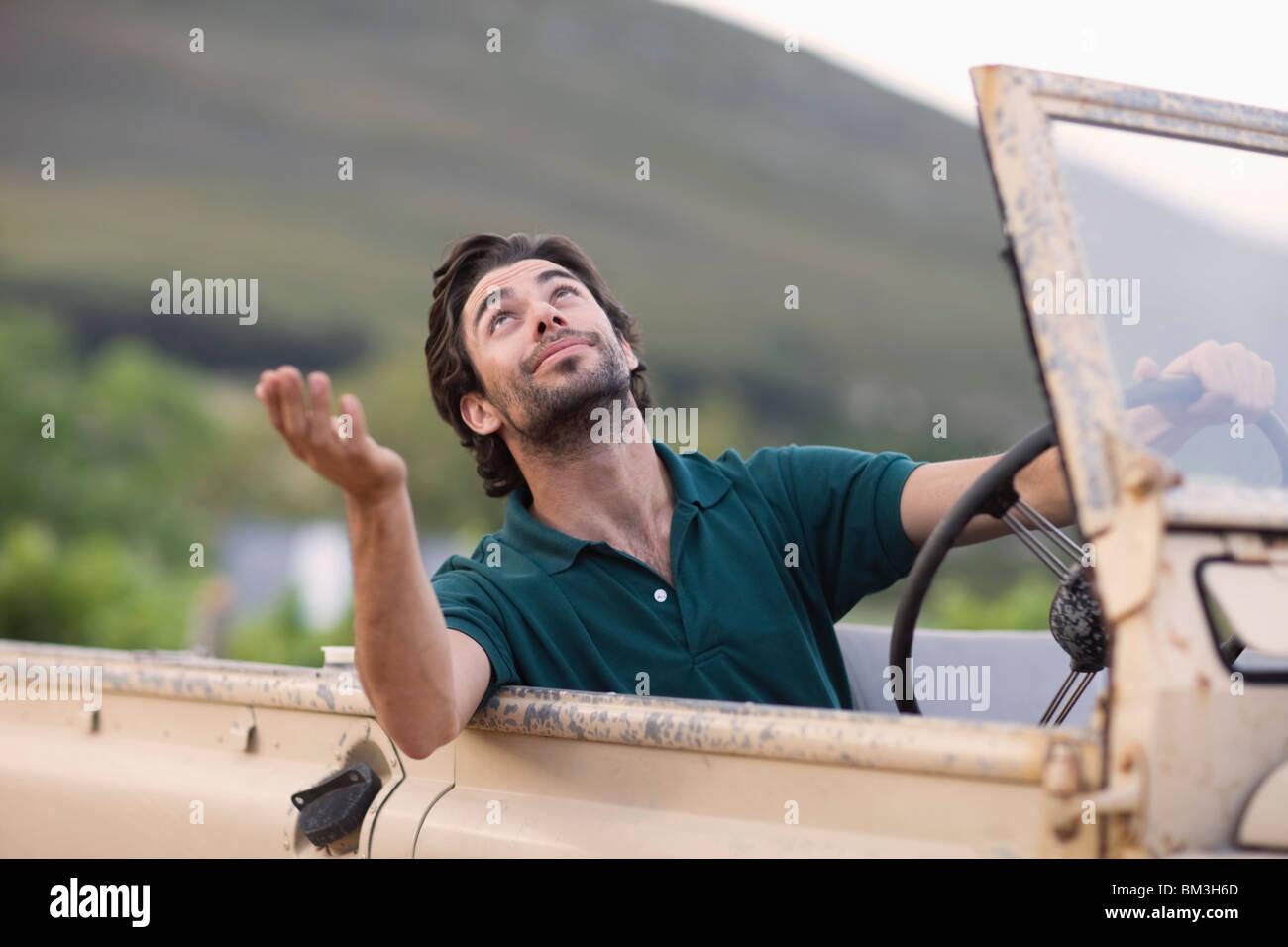 Mann in Geländewagen Stockbild