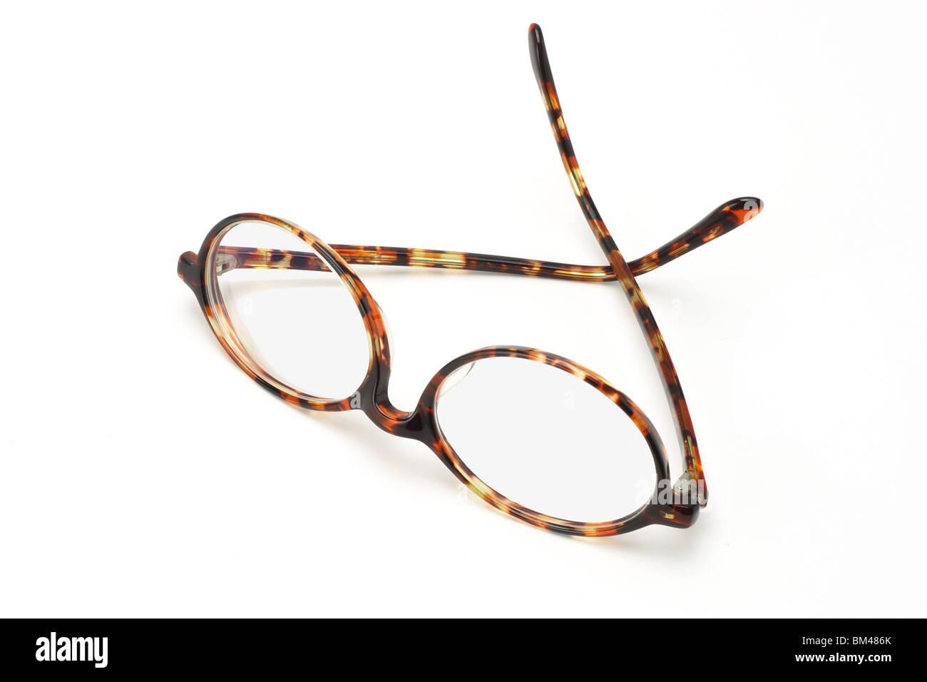 Alte Kunststoff-Rahmen-Brille auf weißem Hintergrund Stockfoto, Bild ...