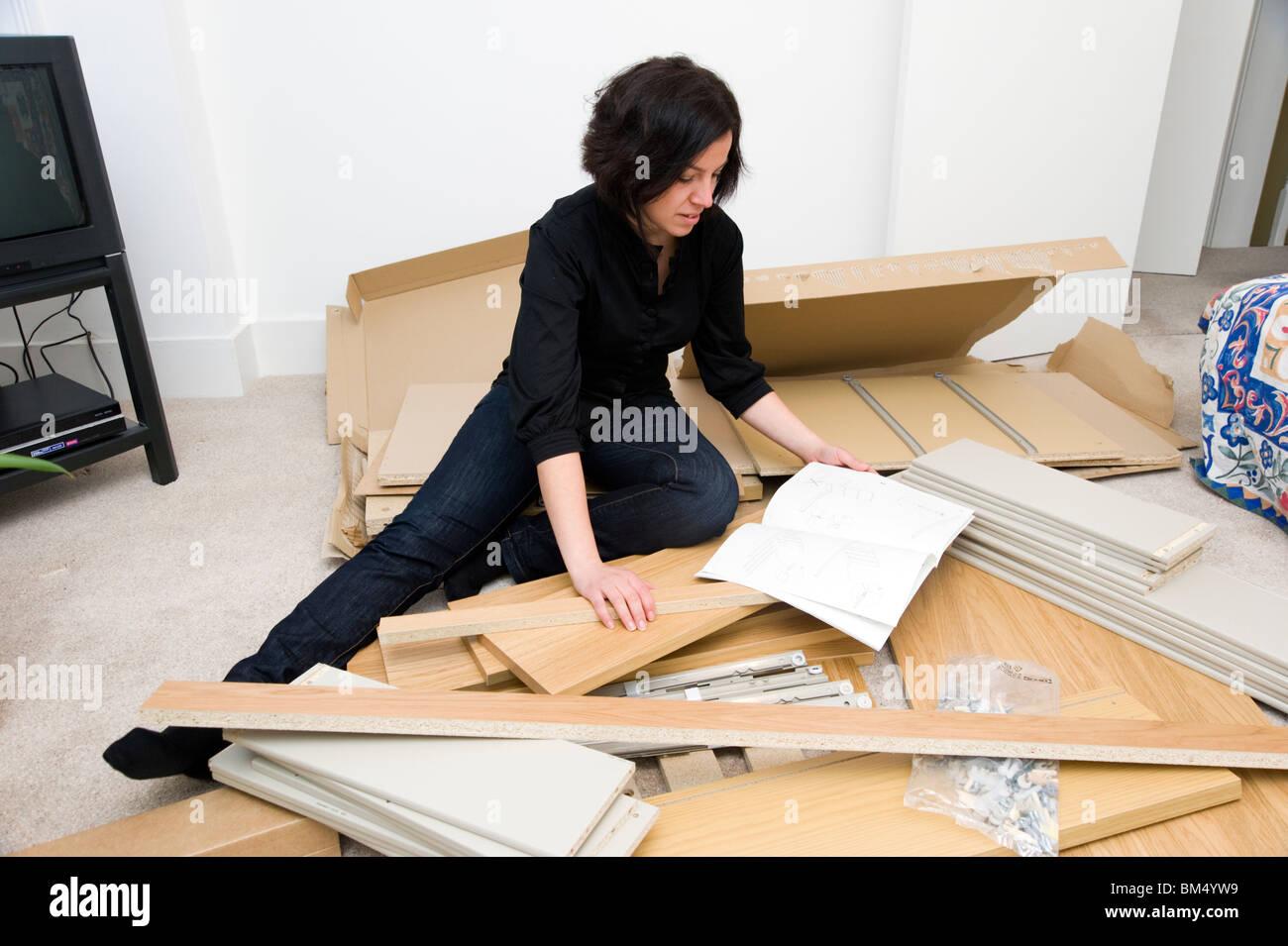 Frau Montage Ikea Flachgehäuse Möbel, England, UK Stockbild