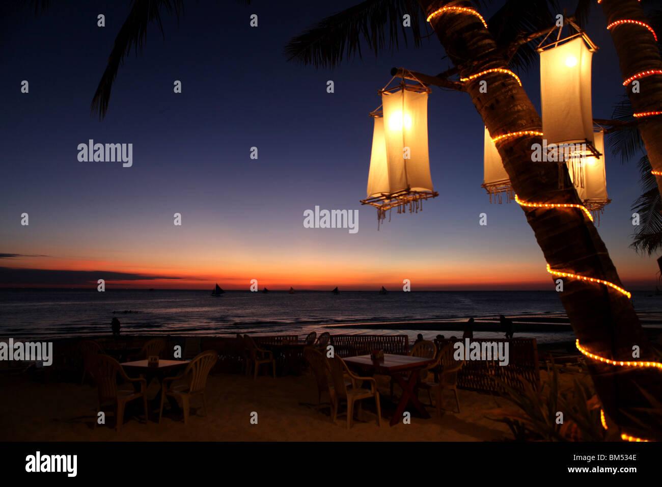 Sonnenuntergang am White Beach, Boracay, das wohl bekannteste Reiseziel auf den Philippinen. Stockbild
