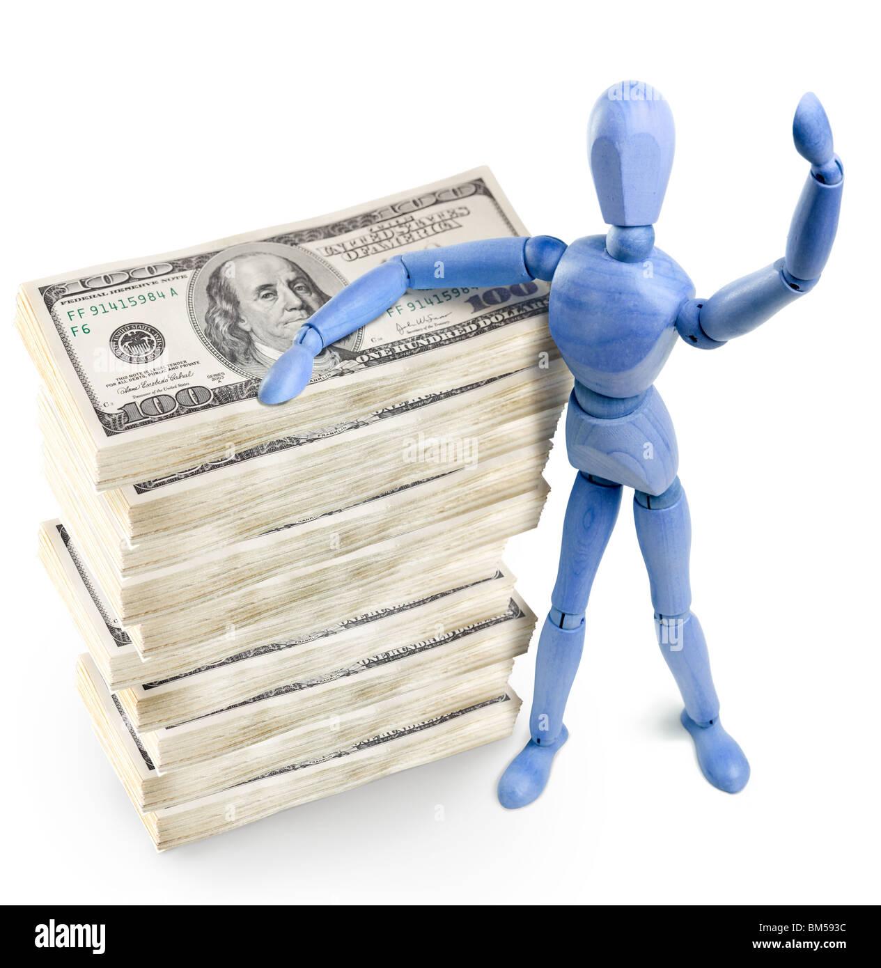 hölzerne Mann stehend über Bündel von US-Dollar Stockbild