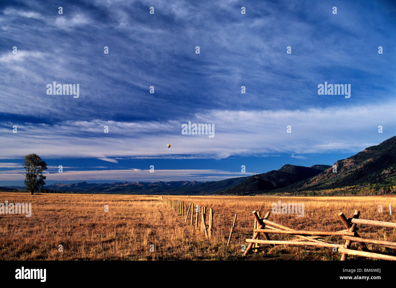Wyoming, Usa; Heißluftballon fliegen über den Grand Teton Stockbild