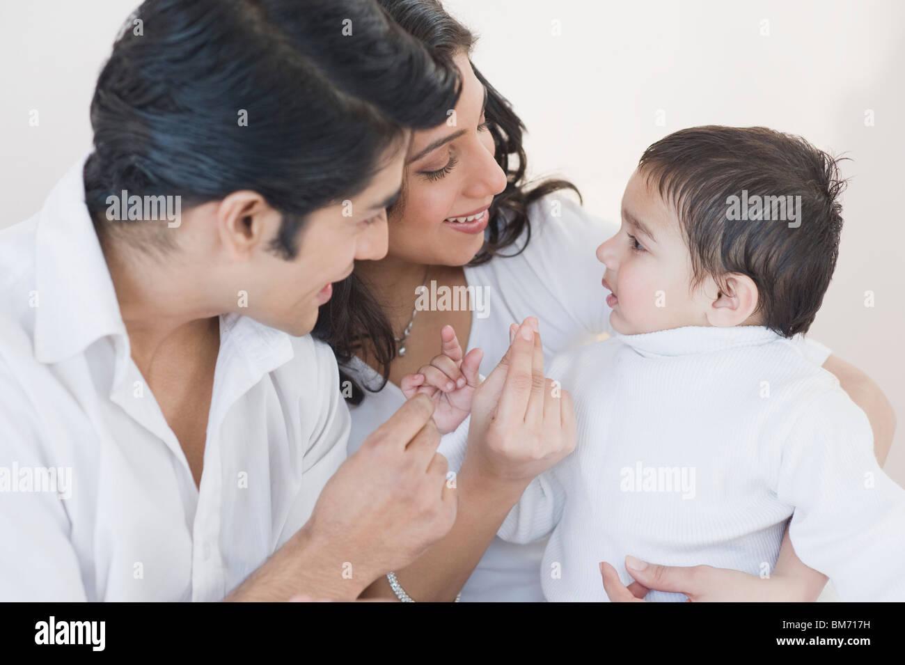 Eltern spielen mit ihren Sohn Stockfoto
