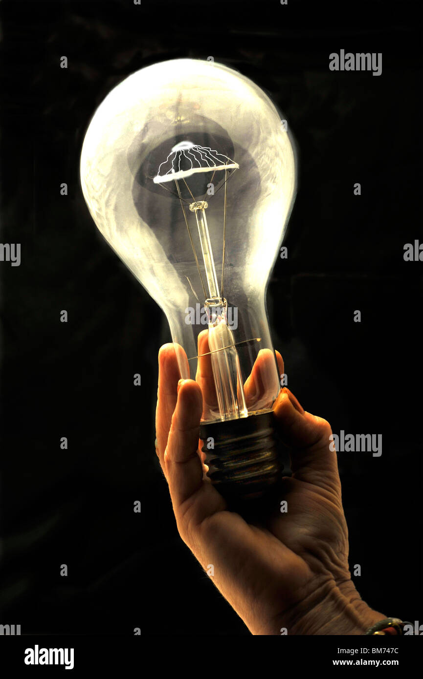Glühbirne in der hand Stockbild