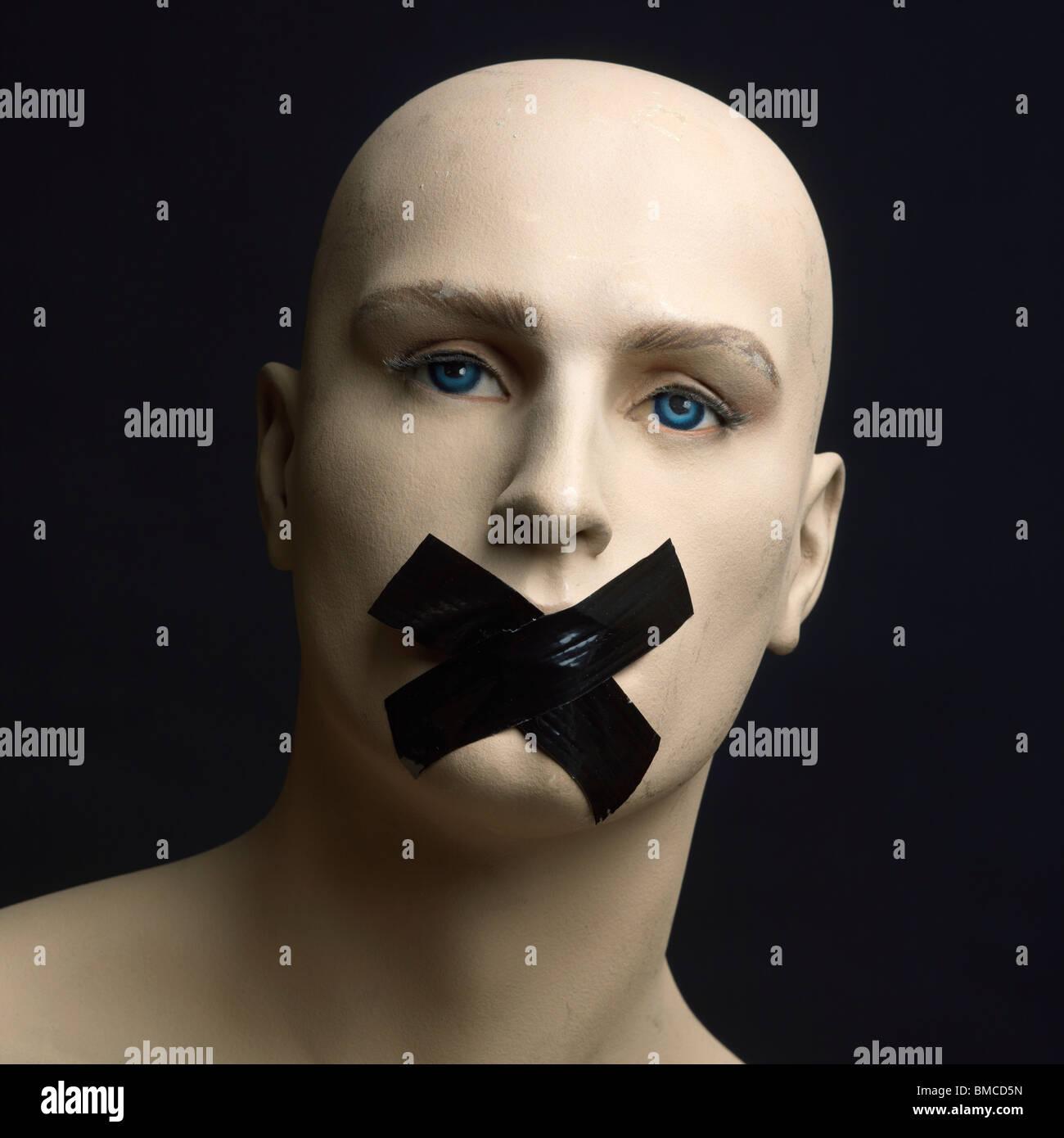 Dummy, Mannequin, Klebeband über Mund - Zensur / Geheimhaltung / Würgen / Stille / freie Rede-Konzept Stockbild