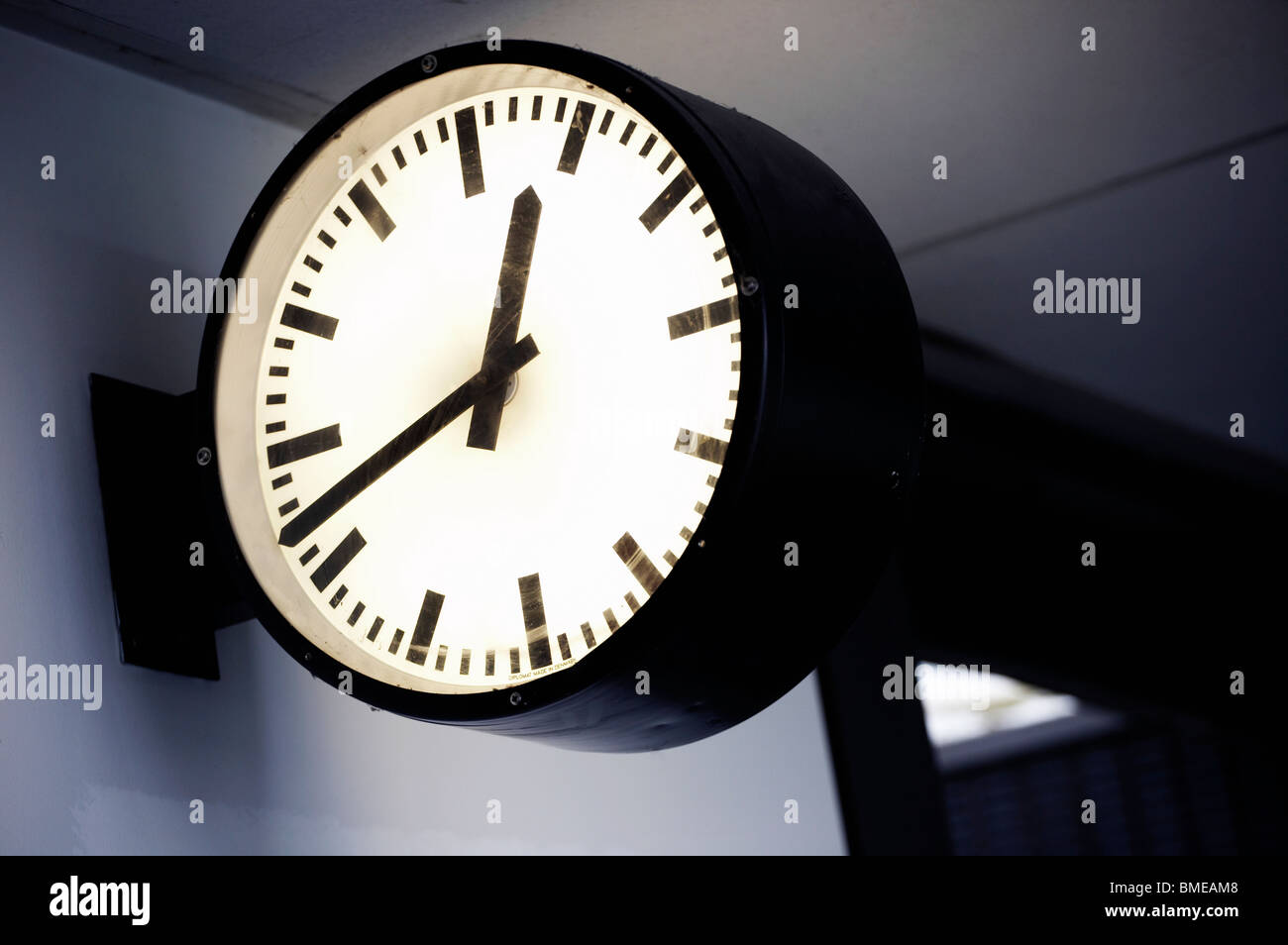 Nahaufnahme der Uhr am Bahnhof Stockbild