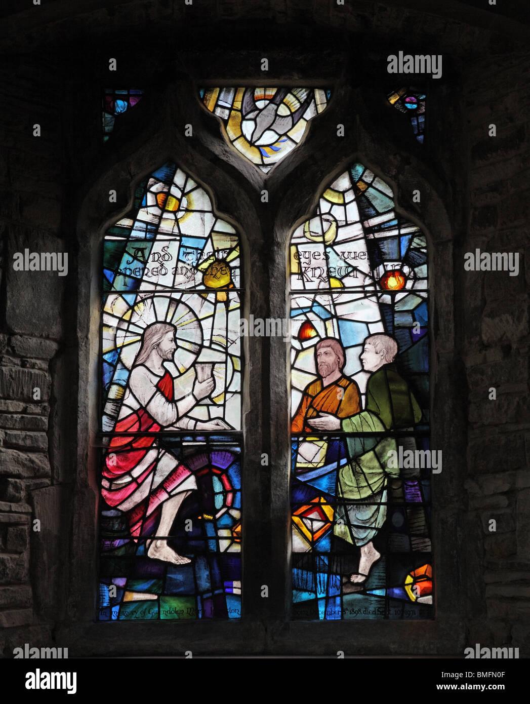 Ein Buntglasfenster mit Jesus sehen, machen die blinden Männer Stockbild