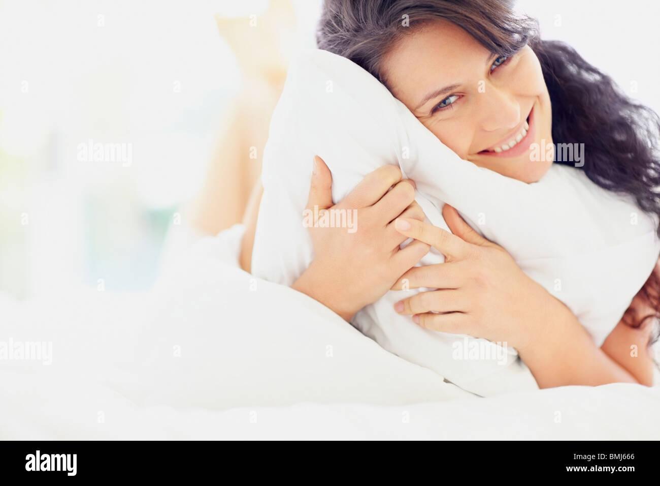 Frau Holding Kissen Stockbild