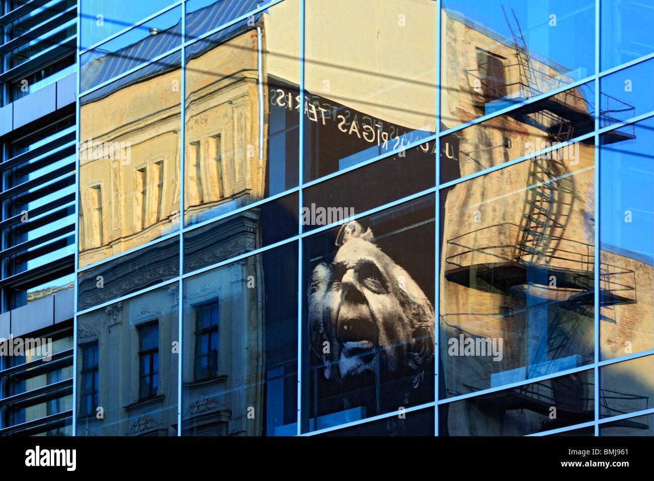 Spiegelbild im Fenster, Riga, Lettland Stockbild