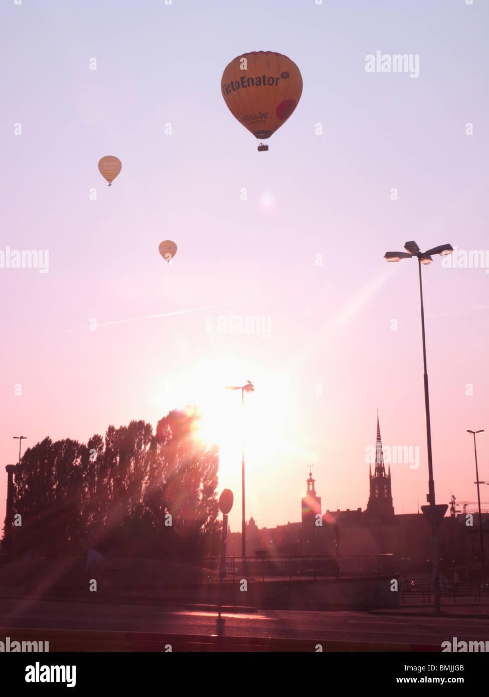 Skandinavien, Schweden, Stockholm, Sodermalm, Slussen Silhouette des Heißluftballons in den Himmel (Lens Flare) Stockbild