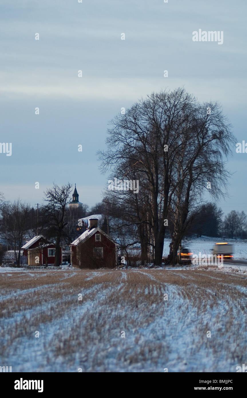 Blick auf Autos und Häuser auf Winterlandschaft Stockbild