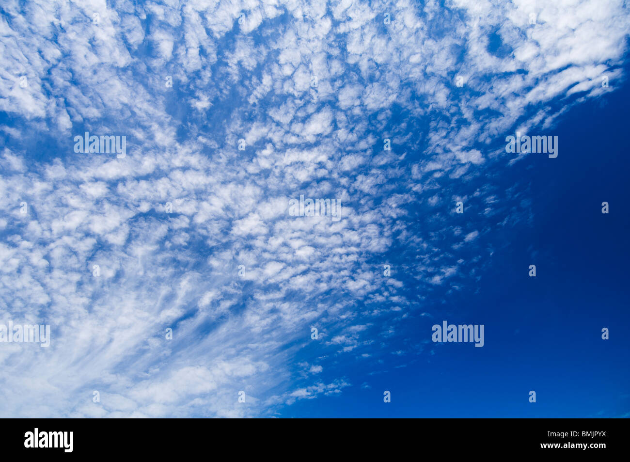 Wolken am blauen Himmel Stockbild